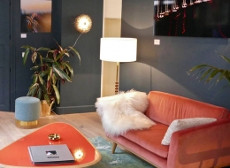 red-edition-Fifties-Sofa-120-Samt-tomette-Fifties-Couchtisch-coral-Stool-grau-Ambiente-min
